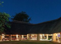 Marula Lodge - restaurant at night