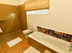 En-suite bathroom at PheZulu Guest Lodge in Vic Falls